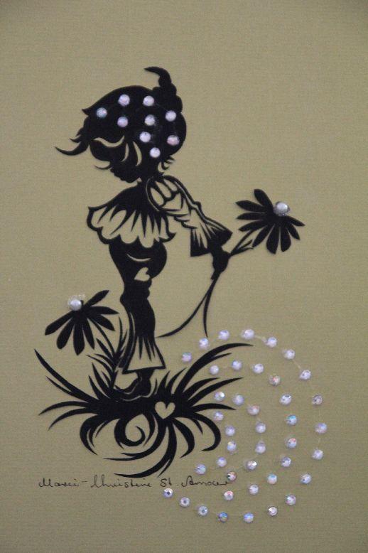 original Scherenschnitt mit dekorativem Papier. Nach Wunsch mit Perlen verziert. Motiv: Zwerg mit Blume.