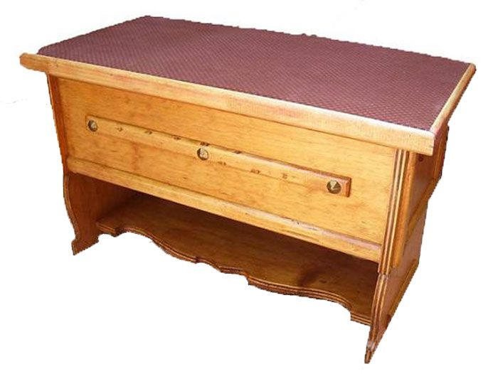 CLAF - Banca Baul Tapiz Burdeo (COD 502 - Banca Baul) Fabricada en madera terciada lisa, barnizada. Tapiz acolchado color burdeo. Soporta 90 kg de peso. Medidas: - Largo: 69 cm - Ancho: 35 cm - Alto: 42 cm Precio: $ 27.000 www.claf.cl