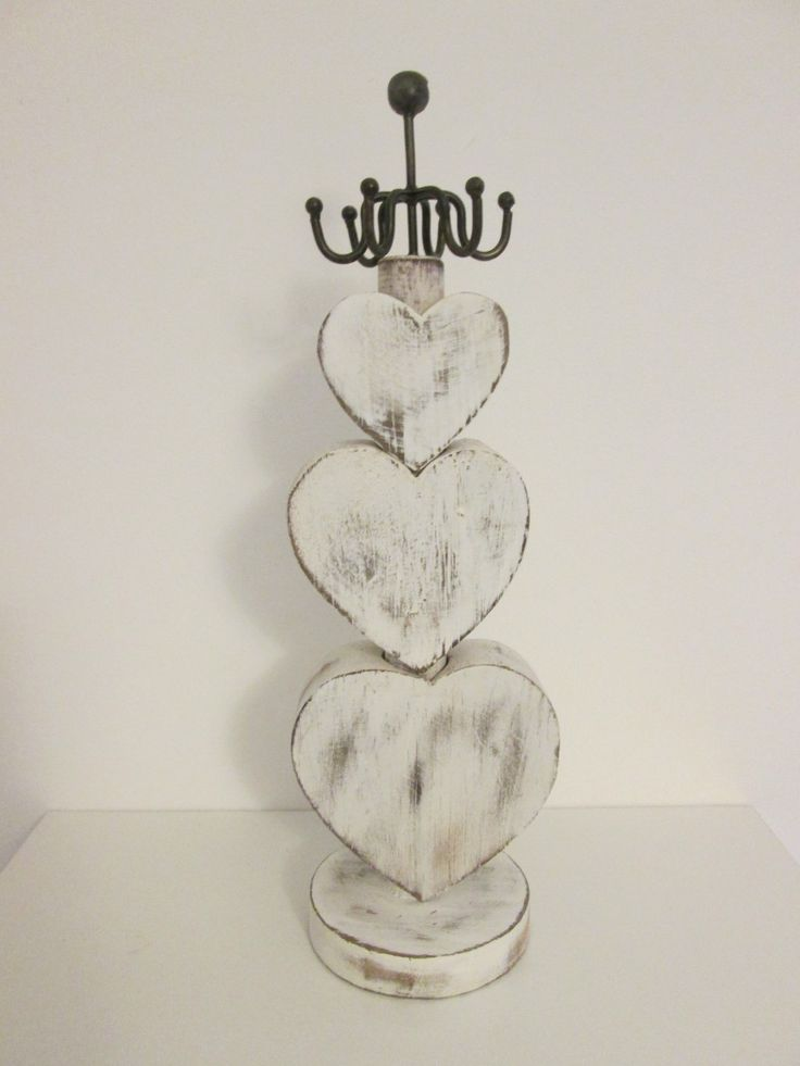 Sieradenhanger met harten, hout, 35cm in de kleur antiek wit.