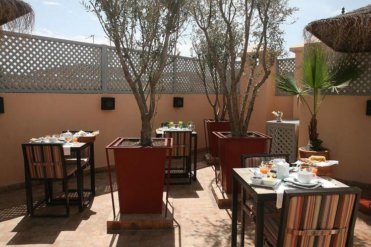 Gelegen op 5' van het D'Jemaa El Fn'a plein, in een rustige derb van de medina. Hedendaagse stijl met enkele warme Marokkaanse design accenten. De patio met planten is het centrale punt van ...