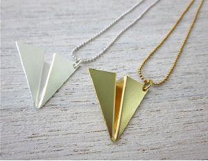 collier avion en papier origami argenté de Shlomit Ofir