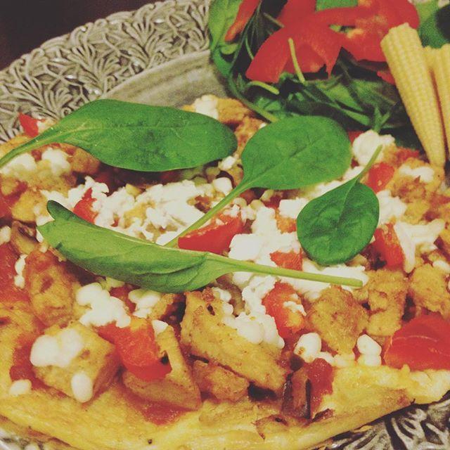 Omelett-pizza  Recept på bloggen! #protein #healthy #eatclean #health #food #pizza #homemade #nyttigt #hälsa ägg äggvita pizza keso spenat ost kyckling tomat