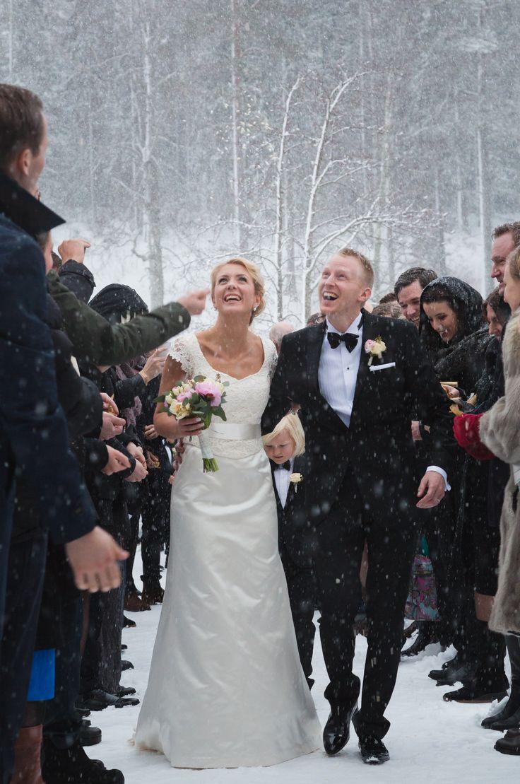 Brudklänning i sidensatinmed exklusivt spetsliv  från Grace of sweden