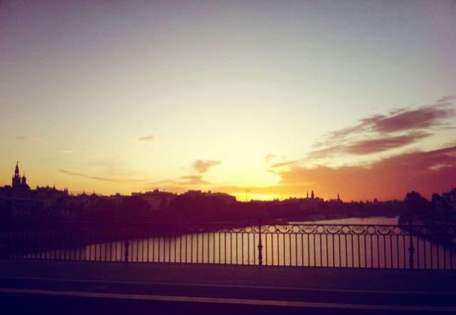 Amanecer desde el puente de Triana - Sevilla  www.trianaocio.es