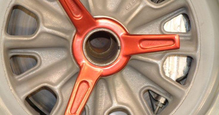 Mantenimiento de un Mazda Tribute. El Tribute es un modelo de todorreno de tracción delantera comercializado por Mazda. Se construye en una fábrica de propiedad conjunta de Ford y Mazda en Kentucky, junto con el Ford Escape, con el que comparte la mayoría de sus componentes. Los Mazda Tribute no son vehículos de alto mantenimiento pero, como con la mayoría de los vehículos, ...