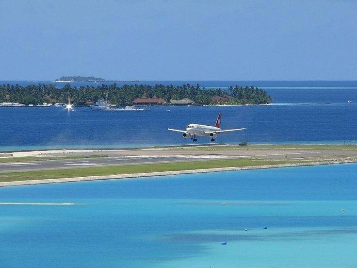Principal porta de entrada para o paradisíaco arquipélago das Maldivas, o Aeroporto Internacional Ibrahim Nasir está localizado na pequena ilha de Hulhulé e tem sua pista de pouso cercada pelas águas do oceano Índico. A aterrissagem no local proporciona visões fascinantes para os passageiros (e com certeza os deixa com vontade de curtir as praias das Maldivas o mais rápido possível)