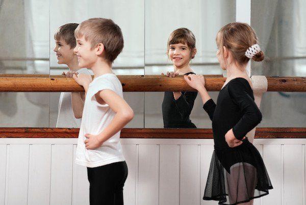 Jongens en meisjes opvoeden. Zit daar verschil in? Kindertherapeut Hadassa legt uit waarom de uniekheid van het kind voorop zou moeten staan.