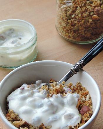 Glutenvrije muesli kan je makkelijk zelf maken, ook krokante muesli. Dit recept zorgt weer voor variatie in glutenvrij ontbijtideeën om lekker gezond van te genieten