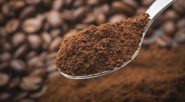 No supermercado, o café não fica em lugares refrigerados, mas sabia que a melhor forma de conservá-lo depois de aberto é dentro da geladeira? Mas não precisa ficar preocupada se você sempre deixou o pó de café dentro do armário, não é totalmente errado.Como guardar café em póA nutricionista Aryane Santin e