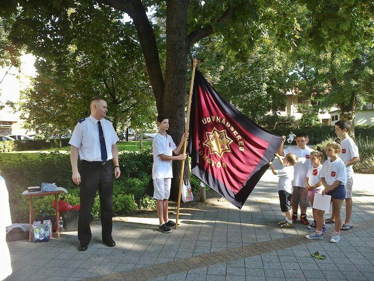 A Gyülekezet ifjúsági csoportjának szolgálata (evangelizáció Gyöngyösön, a Bugát Pál téren)