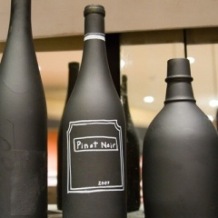 Chalkboard paint on old bottles makes for a easy, trendy, decor piece.: Ideas, Chalkboards, Craft, Chalkboardpaint, Chalkboard Paint, Chalk Boards, Wine Bottles, Diy