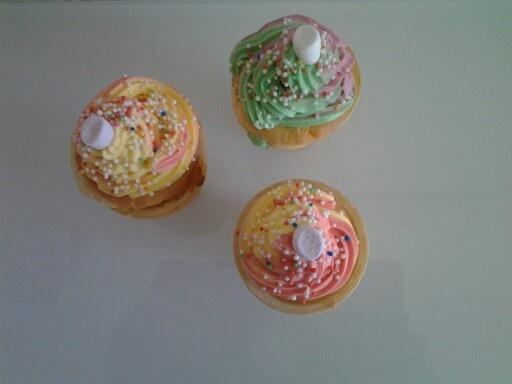 Ijshoorn cupcake, basis cupcakerecept in ijshoorn scheppen en 25min bij 175 c in de oven. Ijshoorntjes gekocht bij de febo voor 10cent per stuk