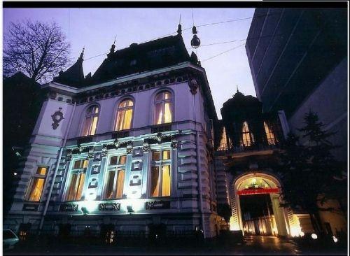 Imobilul este construit la sfarsitul secolului XIX de catre un arhitect francez, fiind o cladire deosebita cu arhitectura