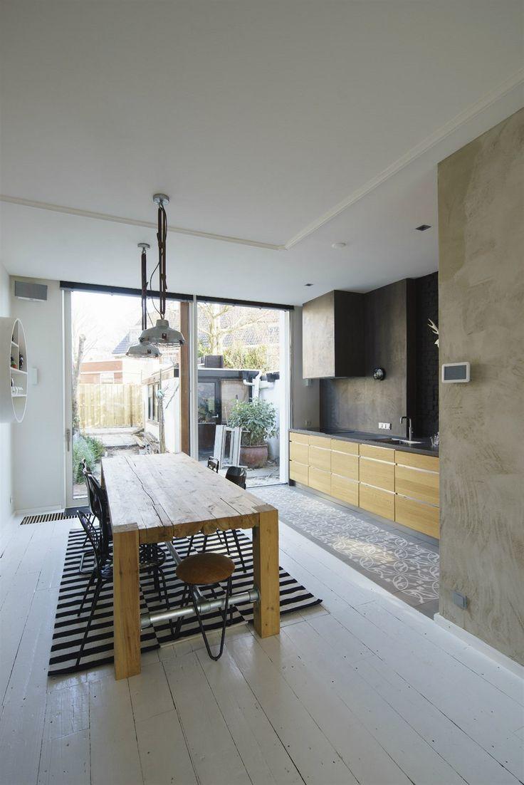 Interiéry jsou zařízeny vkusně a prakticky, bez zbytečností a exhibicí. Prostor sjednocuje bíle natřená prkenná podlaha, kterou v kuchyni nahradila stylová historická dlažba a bíle natřené dřevěné dveře a zárubně.