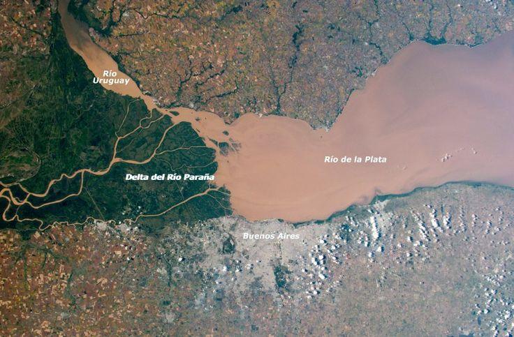 In feinen Ästen schlängelt sich der Fluss durch Sumpflandschaften – 13 Millionen Menschen in und um Buenos Aires haben die Schlammbrühe vor der Haustür. Ein Grund zur Sorge? Eher nicht. – Michael Wirk