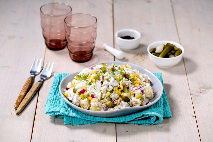 Potetsalat er et must til sesongens grillretter, men spar litt på kaloriene ved å bruke en lett créme fraîche. Her gir mais og sylteagurk mye smak som balanserer godt med både kjøtt og fisk.