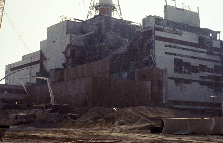 DESASTRE DE CHERNOBYL (1986) O desastre de Chernobyl, na Ucrânia, em 26 de abril de 1986, foi um dos piores acidentes nucleares da História. Um problema na geração de energia número 4 da usina nuclear de Chernobyl resultou em uma explosão que resultou na liberação de enorme quantidade de partículas radioativas na atmosfera, matando mais de 30 pessoas e atingindo com radiação mais de 100.000 km² da Europa.