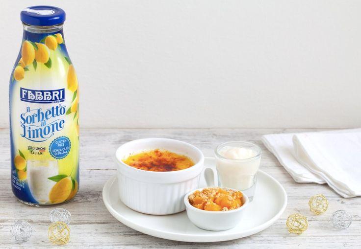 Crème brûlée alla vaniglia con pesche caramellate, crumble alle mandorle e sorbetto al limone ricetta