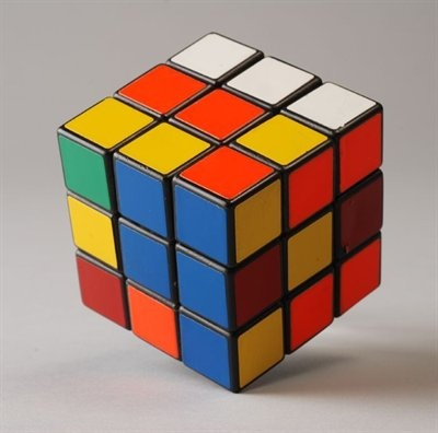 ik hou ook van puzzelen dit is een rubiks kubus ik kan hem ook oplossen en het is de beroemdste puzzel soort ter wereld. Ps: ik kan hem ook geblinddoekt oplossen.