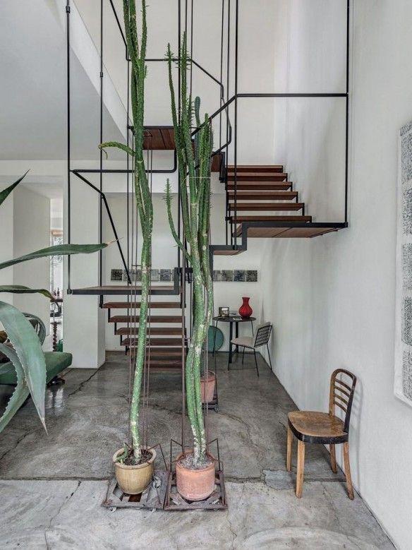 Loft stylé et design, grandes plntes vertes, escalier en bois et acier, hauteur sous plafond Antonino Sciortino loft Milan