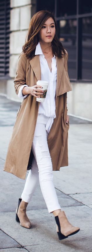 Street Style | Weißes Outfit mit cremefarbenem Trenchcoat
