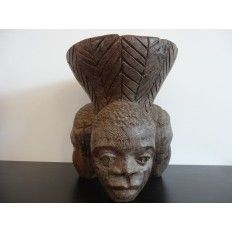 Scrumiera sculptata in lemn de abanos, cu trei chipuri, origine africana