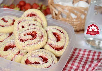 Ez az epres csiga szintén aNagyi titka lisztáltal kiírt Sütimester versenyre készült. A feladat jól csomagolható, kirándulásra vihető sütemény sütése volt. Hozzávalók 18-20 darabhoz A tésztához 25 d
