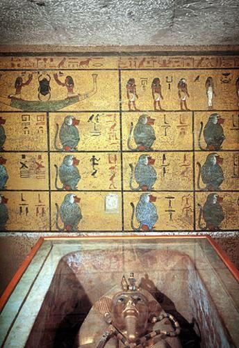 Tutankamon (1345 adC- 1327/5 adC) : Fue un faraón perteneciente a la dinastía XVIII de Egipto que reinó de c. 1336/5 a 1327/5 adC.  Murió c. 1327 adC, a los 19 años de edad, tras reinar nueve años en el Antiguo Egipto.   Su tumba, KV62, fue encontrada en el Valle de los Reyes en 1922 por el británico Howard Carter, constituyendo uno de los descubrimientos arqueológicos con más publicidad de la historia de la egiptol