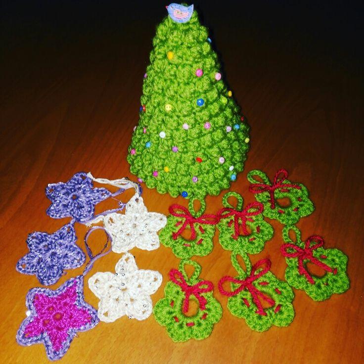 Arbol de Navidad realizado a croché. Adornos de Navidad para árbol o bien para usar como etiquetas. Se hacen personalizados, si le interesa contacte conmigo. Realizo envíos.