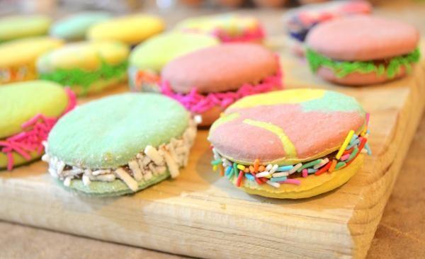 Aprende a preparar alfajores de colores con esta rica y fácil receta. Los alfajores son un postre que se compone de dos o más galletas unidas por un relleno dulce y...