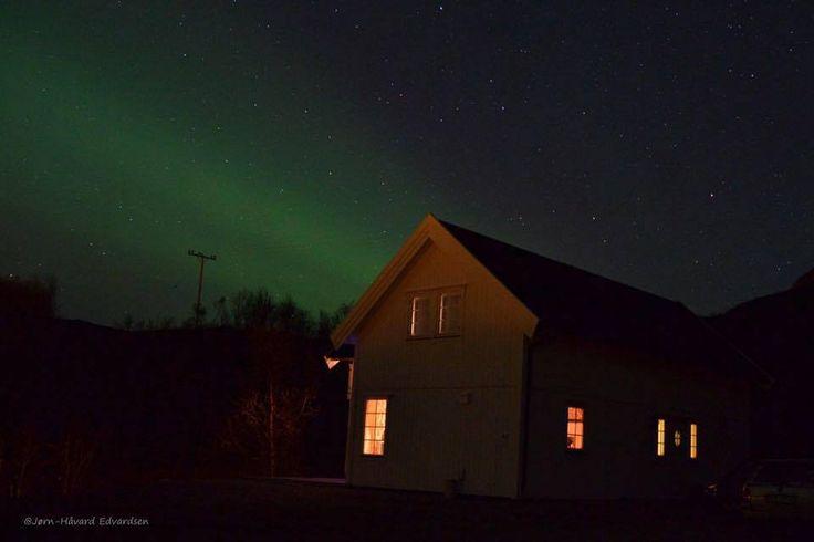 Hytta til Ingvar Olsen med Nordlys i bakgrunnen på Kvaløysletta.