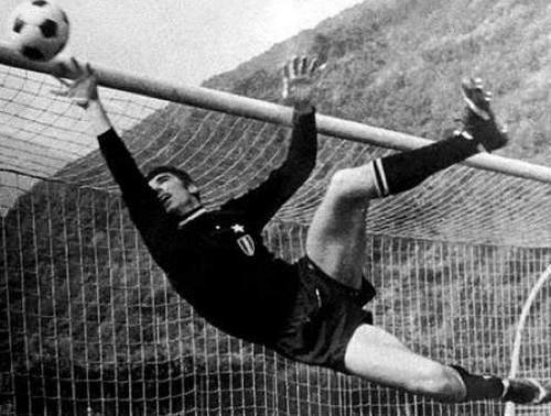 Tantissimi auguri al mitico Dino Zoff  (Mariano del Friuli, 28 febbraio 1942)  Campione europeo nel 1968 e campione mondiale nel 1982 con la Nazionale Italiana di Calcio, che ha anche allenato dal 1998 al 2000. Considerato uno dei più grandi portieri nella storia del calcio ... ⚽️ C'ero anch'io ... http://www.tepasport.it/  Made in Italy dal 1952 Juventus Football Club Federazione Italiana Giuoco Calcio