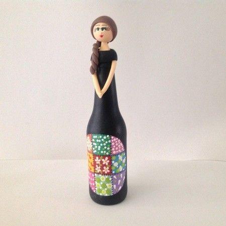 Garrafa Boneca preta com frente em patchwork e cabelo marrom - Sonharteira - decoração de ambientes