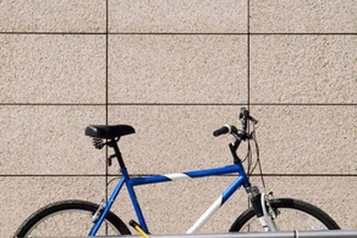 Cómo escoger una bicicleta para mujeres. Andar en bicicleta es un excelente ejercicio tanto para ciclistas serios como para quienes lo hacen por recreación. Cuando se trata de escoger una bicicleta, no obstante, las mujeres enfrentan una serie de desafíos especiales a comparación con los hombres. ...