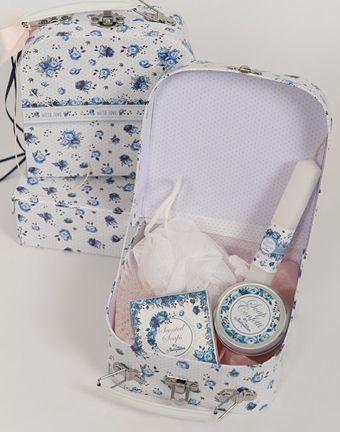 πρόταση για το Πασχαλινό δώρο στα βαφτιστήρια σας, blue flowers βαλιτσάκι με λαμπάδα, σαπουνάκια και πετσετούλα Happy Events: 210-6618922, 6947-561331