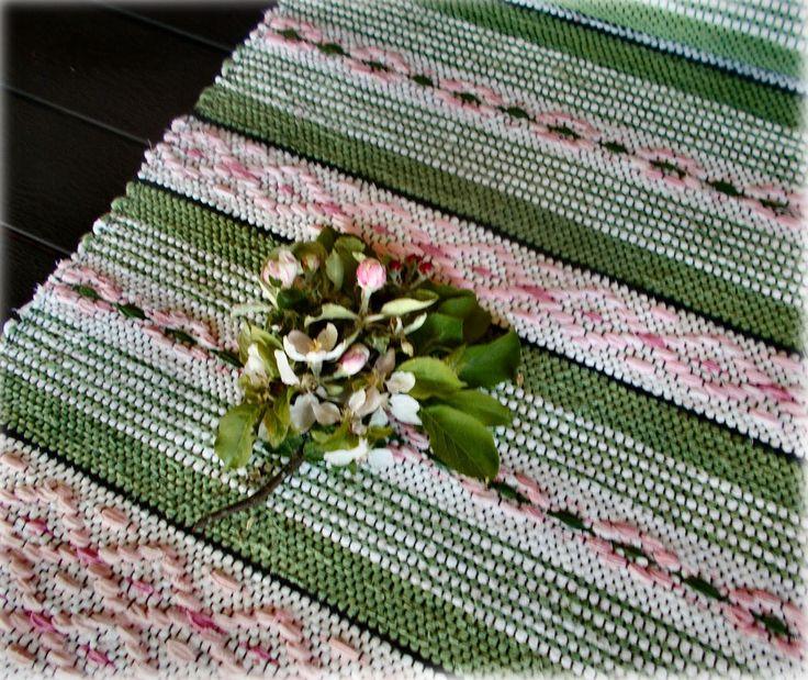 När jag började väva den här mattan var det kallt och frostigt. Färgvalet är inspirerat av tanken på blommande f...