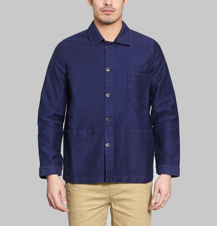 Veste de travail en moleskine de coton, coloris bleu brut, col chemise, patte de boutonnage avec larges boutons ton sur ton, manches longues, trois poches plaqu
