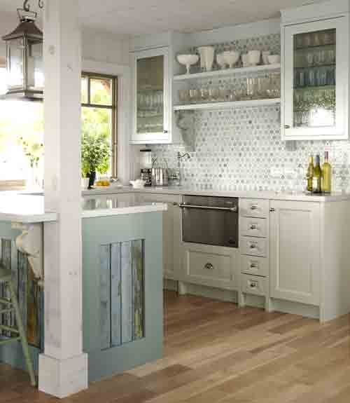 he marble tile backsplash incorporates the kitchen's many hues and loosely resembles life buoys – a nod to the home's island location.