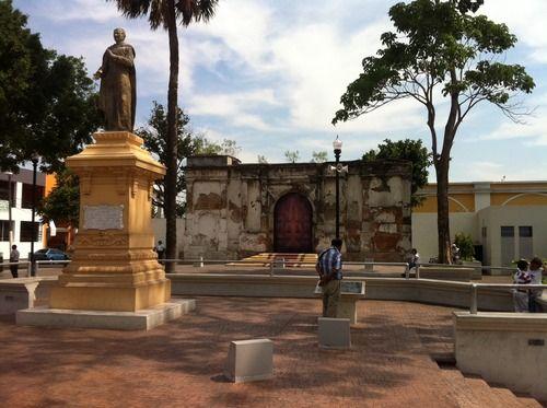 El Salvador - Plaza San Jose en el Centro Historico de San Salvador / suchitoto.tours @ gmail.com