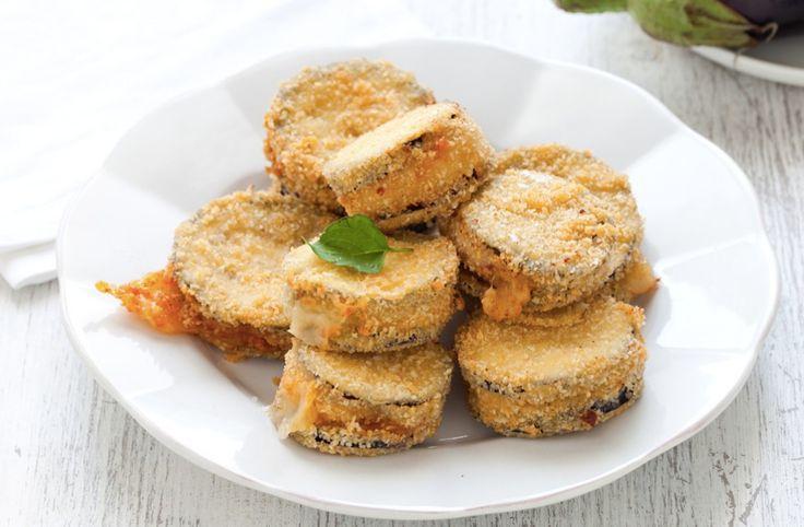 Le melanzane ripiene fritte sono un antipasto gustoso , Facili e veloci da preparare, vanno gustate calde, il formaggio che le riempie deve essere filante!