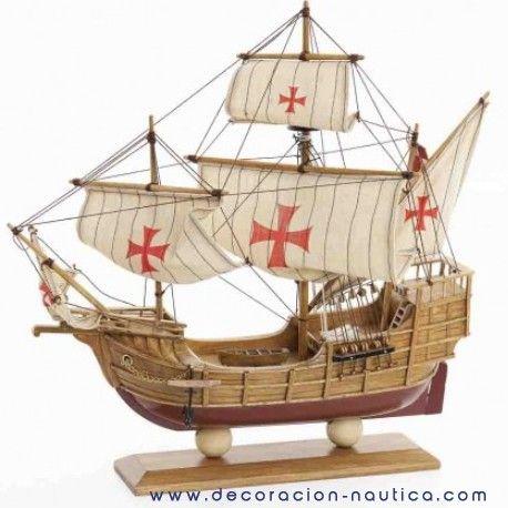 """Maqueta carabela Santa María La carabela Santa María es el más grande de los tres navíos utilizados por Cristóbal Colón en su travesía del océano Atlántico en 1492. Llamada también """"la capitana"""" o """"la Nao"""", tenía una capacidad de 100 toneladas, medía 30 m de largo, 8 m de ancho y su tripulación estaba constituida de 39 hombres.  Medidas: Alto:38.00 x Largo:38.00 x Ancho:9.50 cm.  Peso: 0.60 Kgs."""