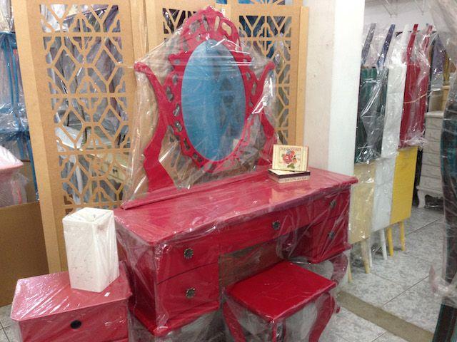 """A minha primeira reação ao entrar numa loja em Pedreira foi """"nossa, quanta coisa barata!"""". Por isso muitas pessoas fazem a viagem até a cidade do interior de São Paulo para comprar móveis de MDF como penteadeiras retrôs, aparadores, armários, cristaleiras, mesas, escrivaninhas e muito mais. Mas a cidade também oferece muitas opções de louças, …"""