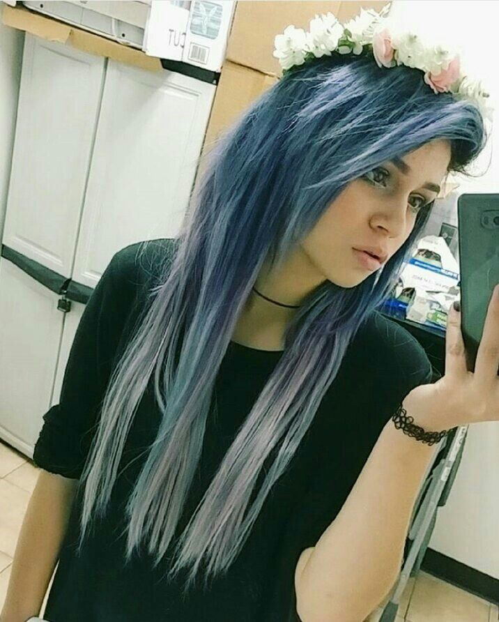 Idk why I love her hair so much it's really pretty! Say hello to my new folder about pastel goth fashion!