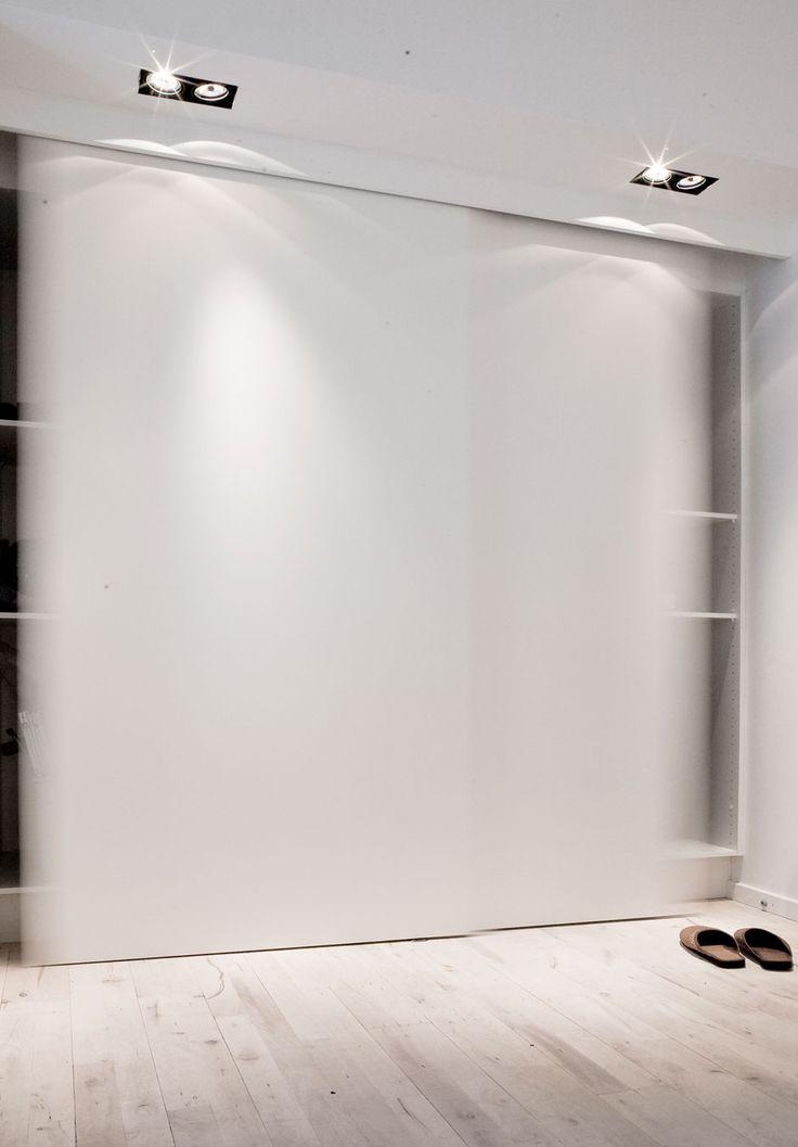 """Puertas de armario correderas y focos empotrados. RP: """"Copenhagen Penthouse I by Norm Architects (15)"""""""