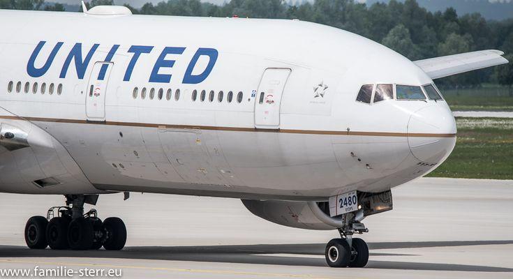 Boeing 777 der United Airlines auf dem Weg zum Start  am Flughafen München