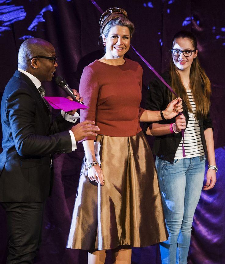 Tijdens het beroepenfeest in Almere voor vmbo-leerlingen verscheen ze in een zijden rok van Natan met een hoofddeksel van (jawel, ook een grote favoriet) Fabienne Delvigne.