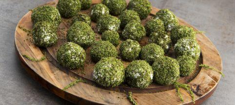 Un usage facile et méconnu de l'ortie: utiliser ses graines pour enrober une boulette de chèvre frais. A tester absolument! Recette sur www.cuisinesauvage.org