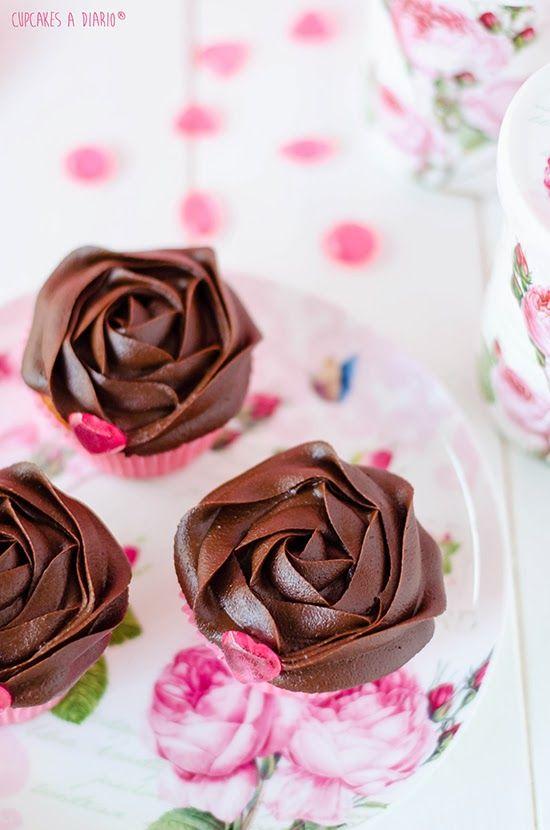 Cupcakes de vainilla con crema de chocolate brillante y joyas de caramelo - Cupcakes a diario