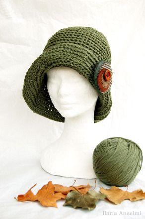 Questo caldo e morbido cappello in lana verde giada, è caratterizzato dalla linea a cloche di gusto retrò. Lavorato all'uncinetto con un morbido punto costa e completato da una s - 6066191