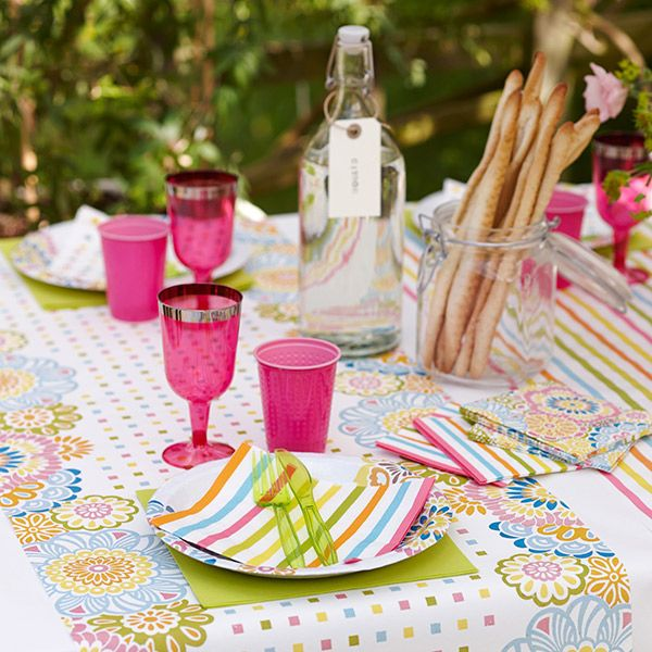 Fresh and fun table setting for outdoor dining. Mix and match with cutlery, plates and glasses in different patterns and colors.